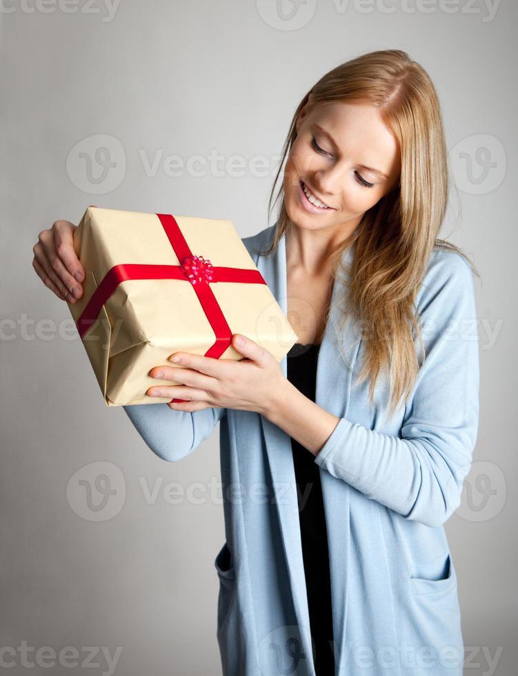 glückliche Frau, die Geschenkbox hält foto