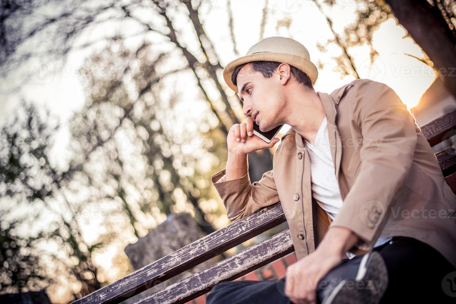 junger Mann mit einem Handy foto