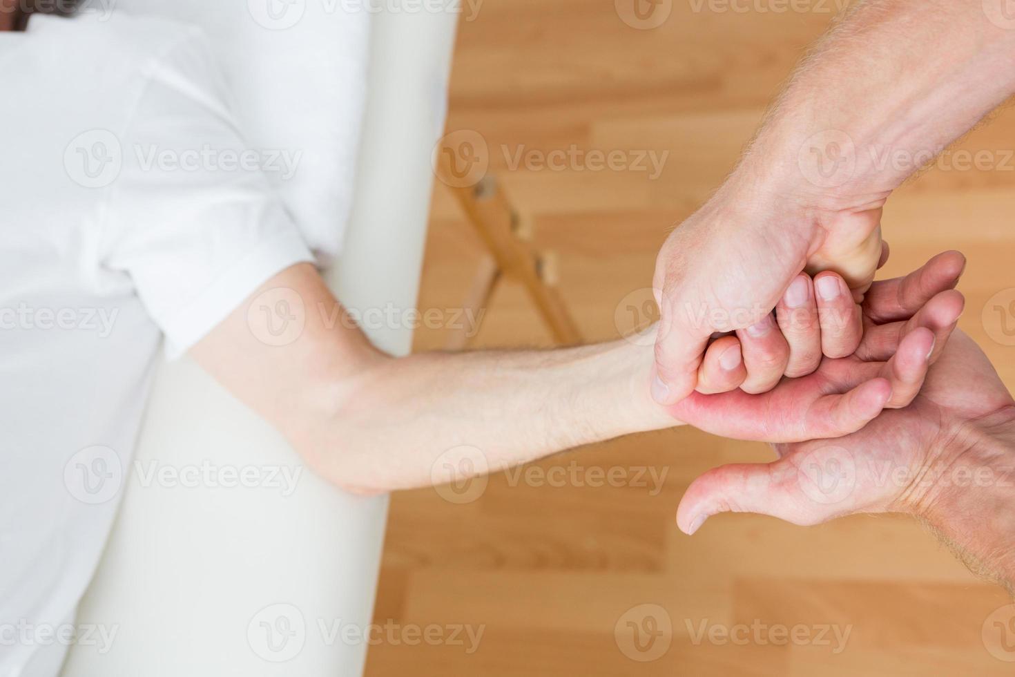 Physiotherapeut macht Handmassage foto