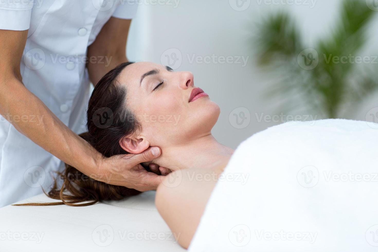 Physiotherapeut macht Nackenmassage foto