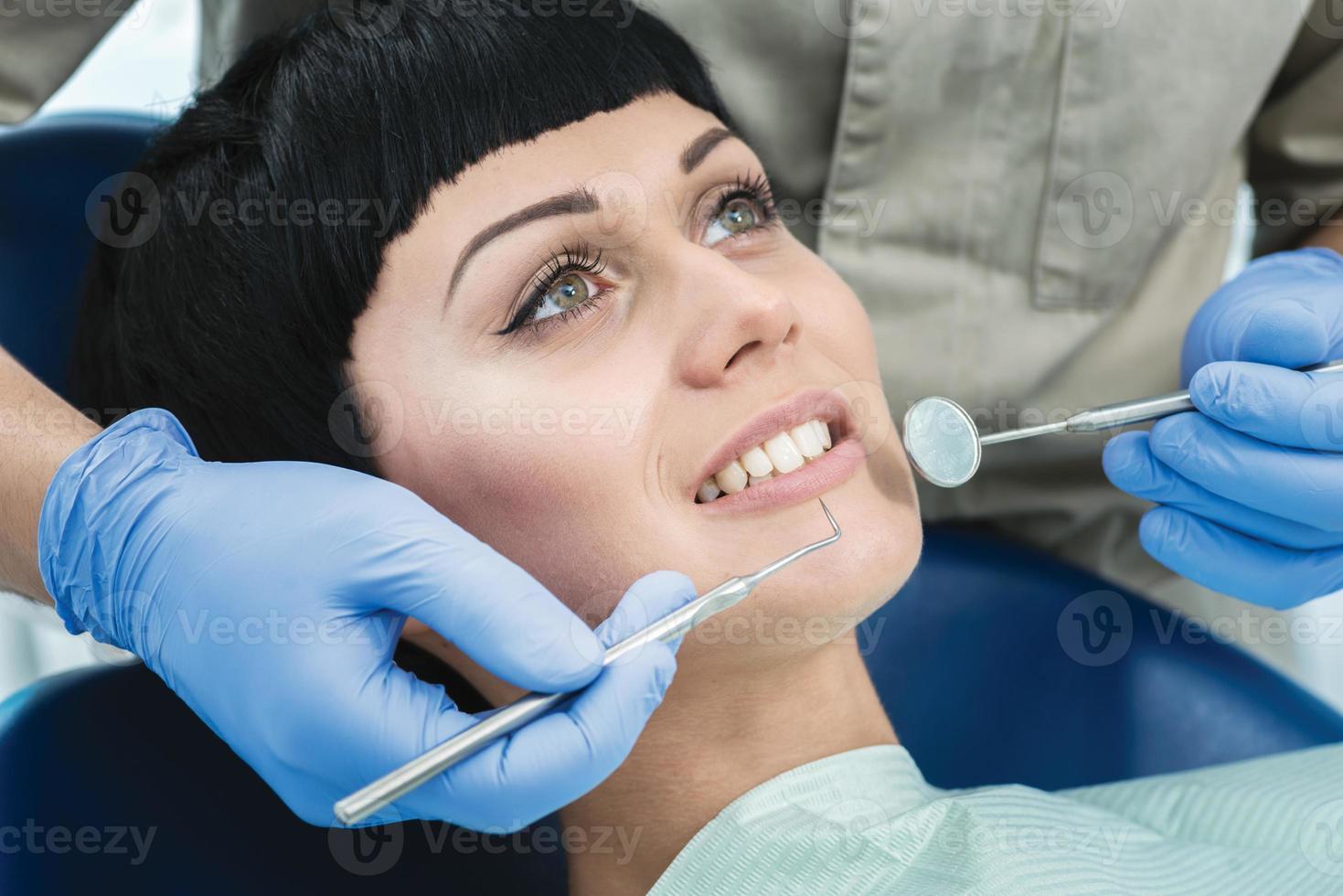 Zahnarzt Werkzeuge Spiegel bei der Arbeit. Zahnarzt macht den Prozess foto