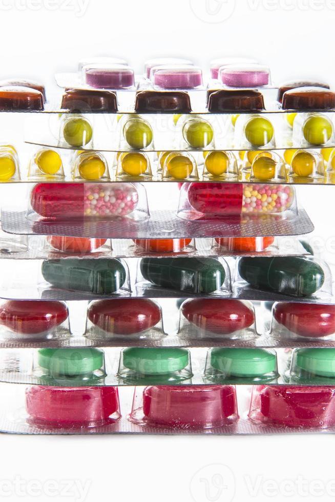 Farbtabletten, Kapseln und Vitamine in Blasen foto