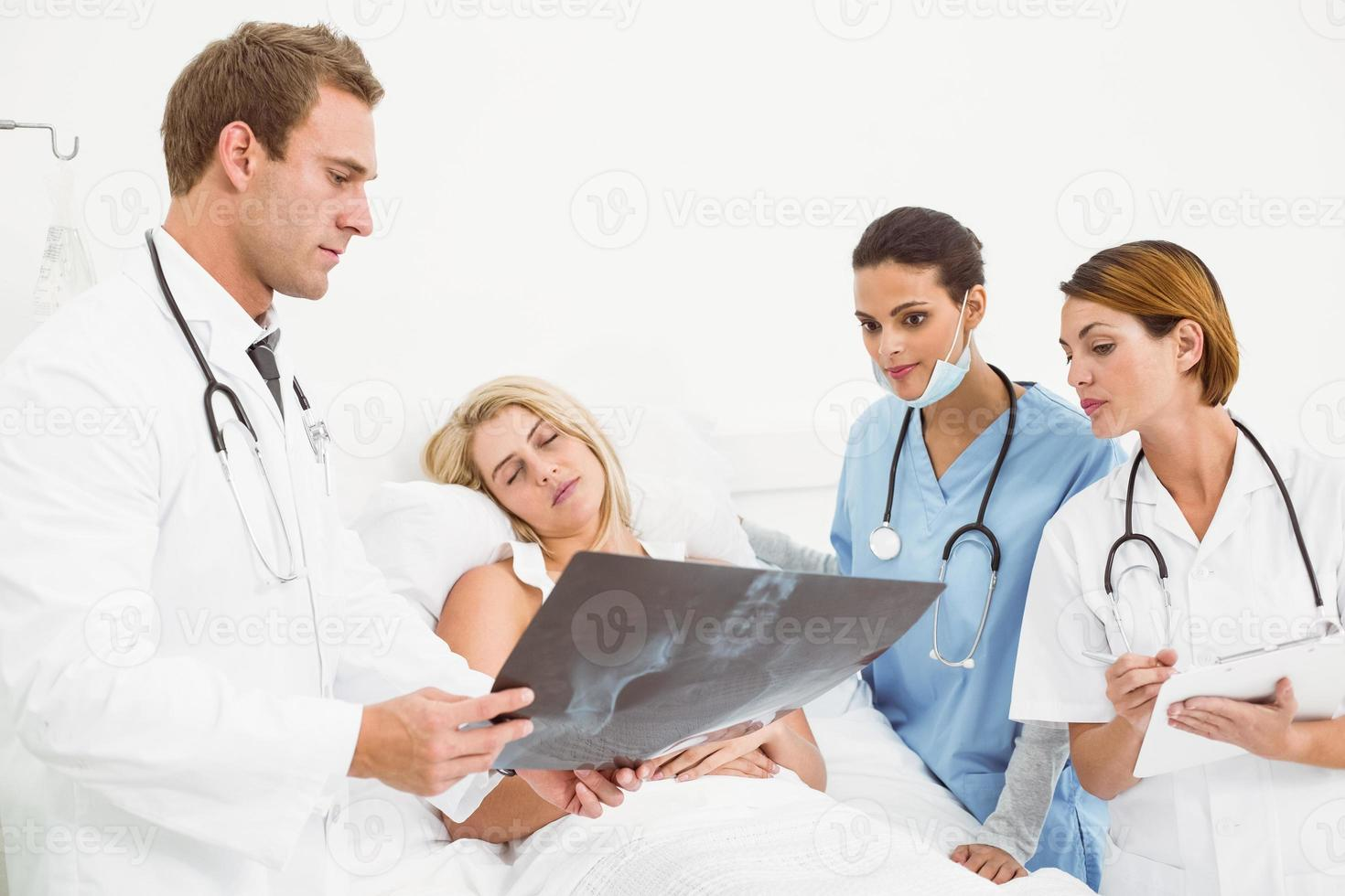Ärzte erklären dem Patienten die Röntgenaufnahme foto