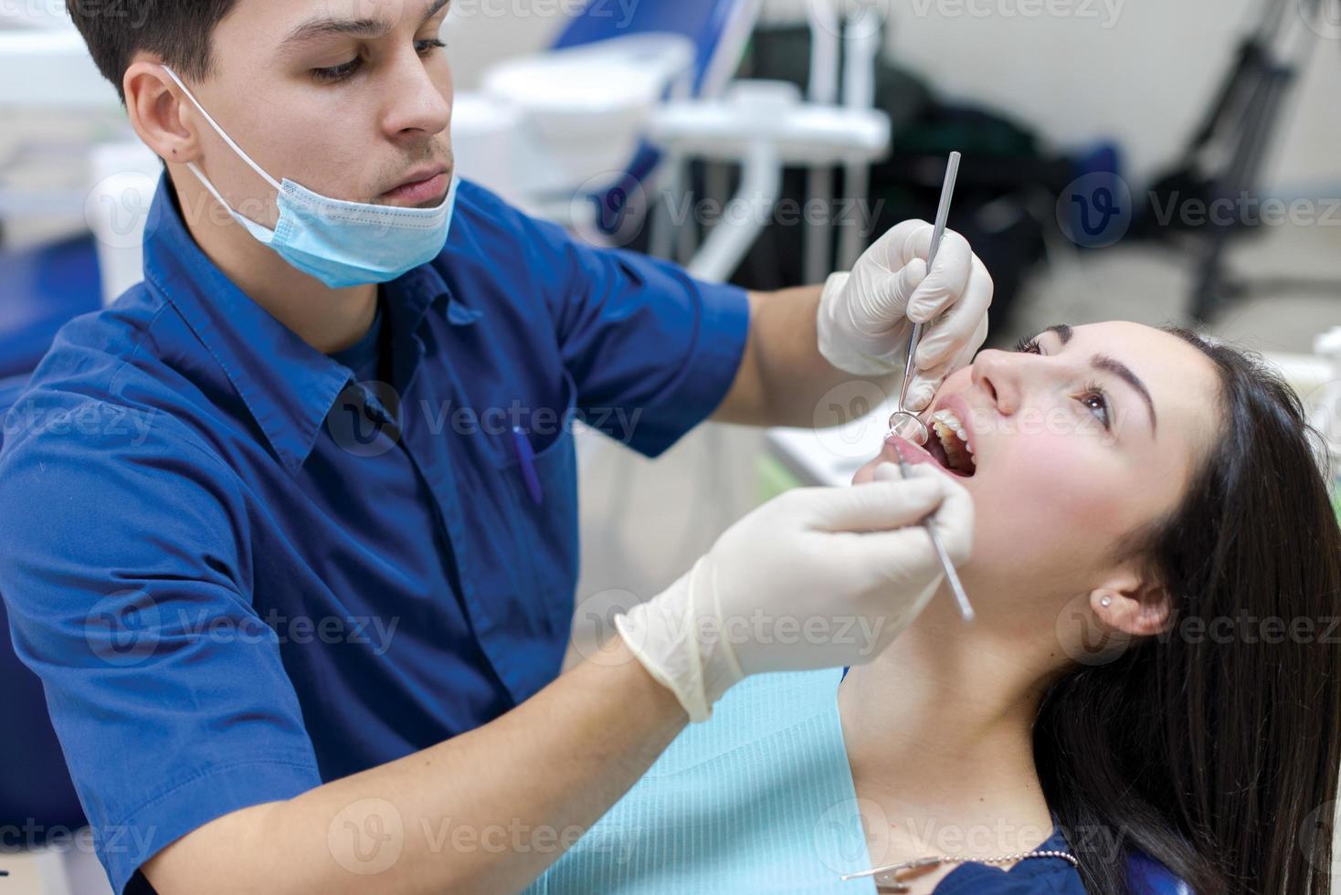 das perfekte Lächeln und die perfekten Zähne. selbstbewusste professionelle Doktrin foto