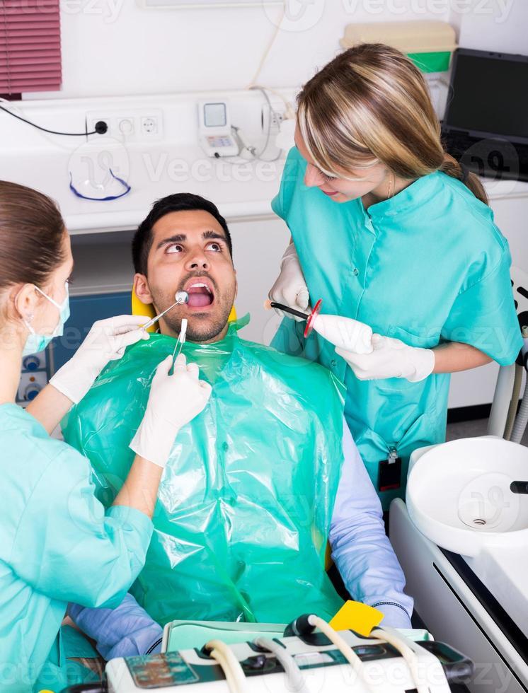Patient in der Zahnarztpraxis foto