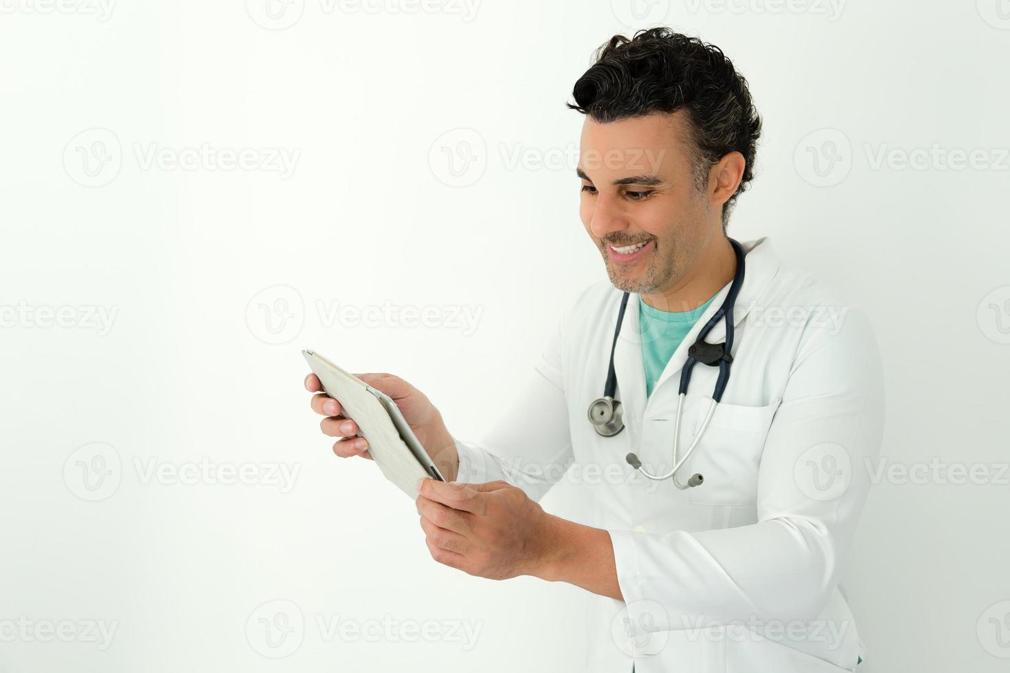 Arzt in der Klinik schaut sich die Informationen an foto