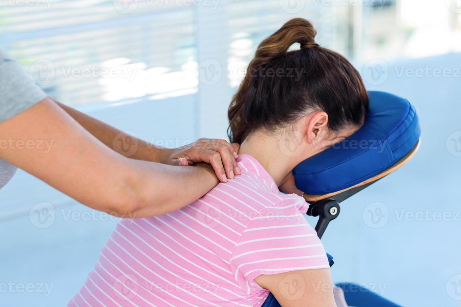 Frau mit Nackenmassage foto