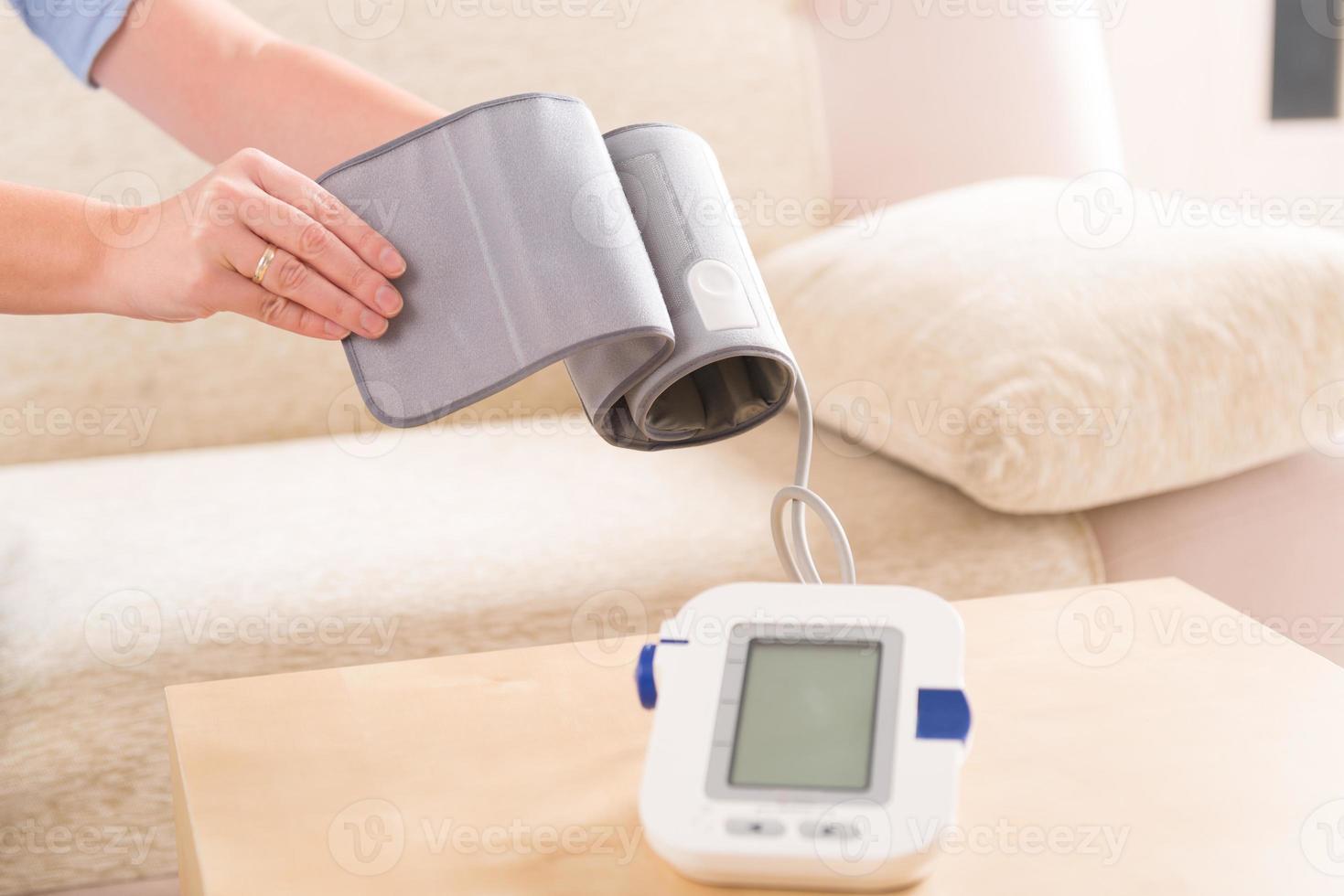 Frau überprüft ihren Blutdruck foto