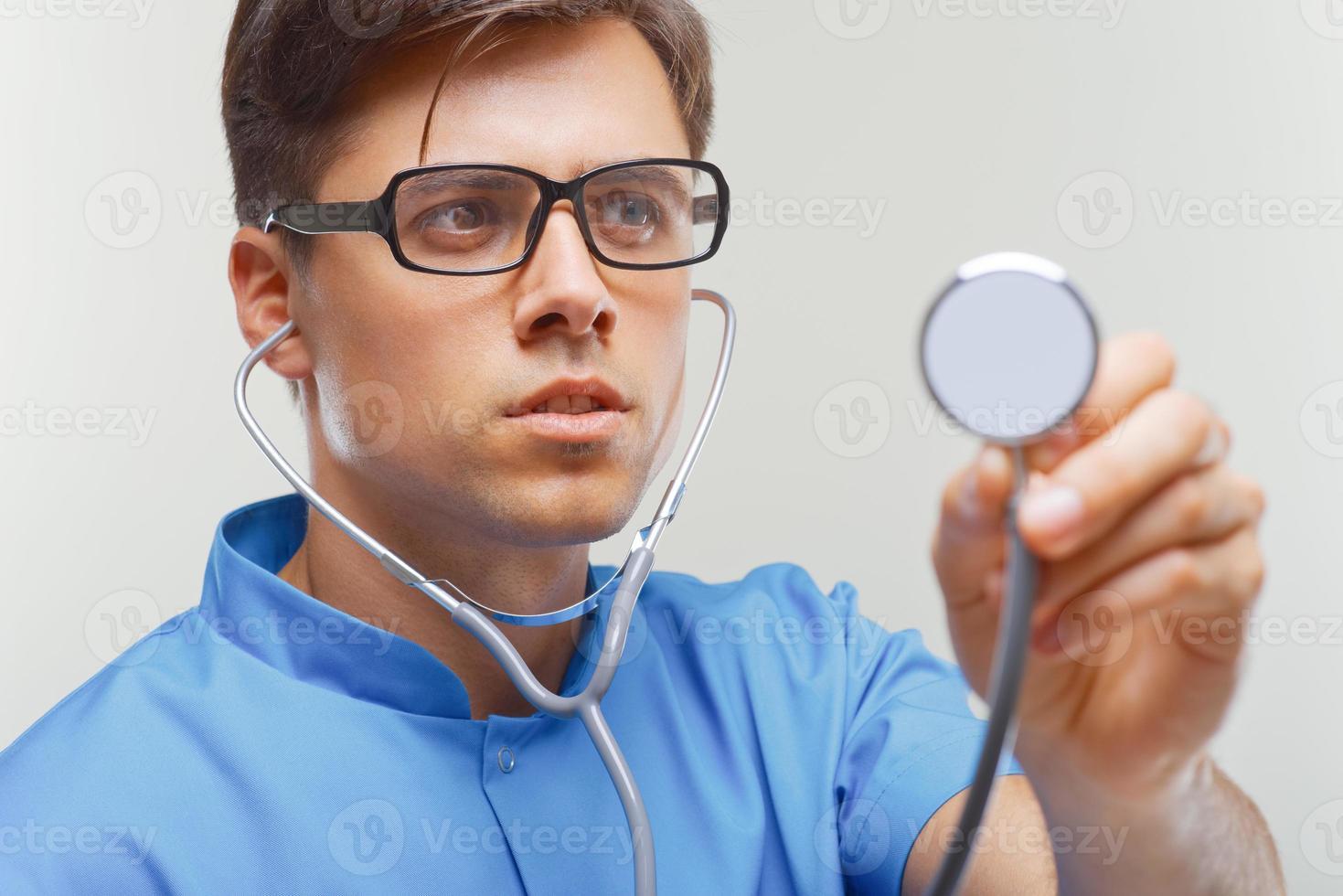 Arzt mit einem Stethoskop in den Händen foto