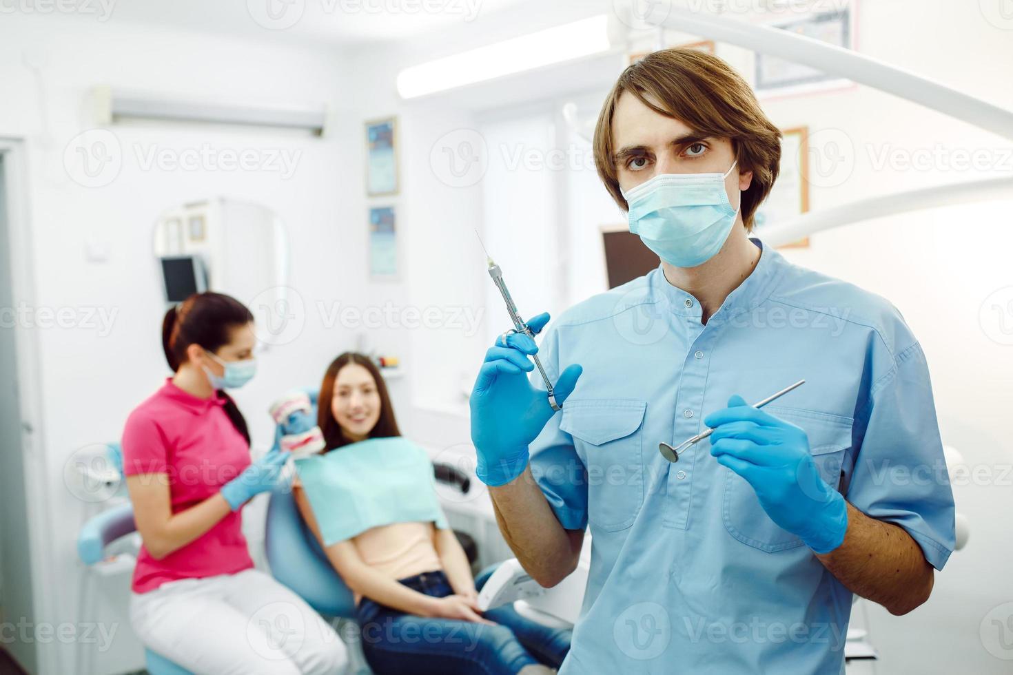 Zahnanästhesie vor dem Hintergrund des Patienten foto