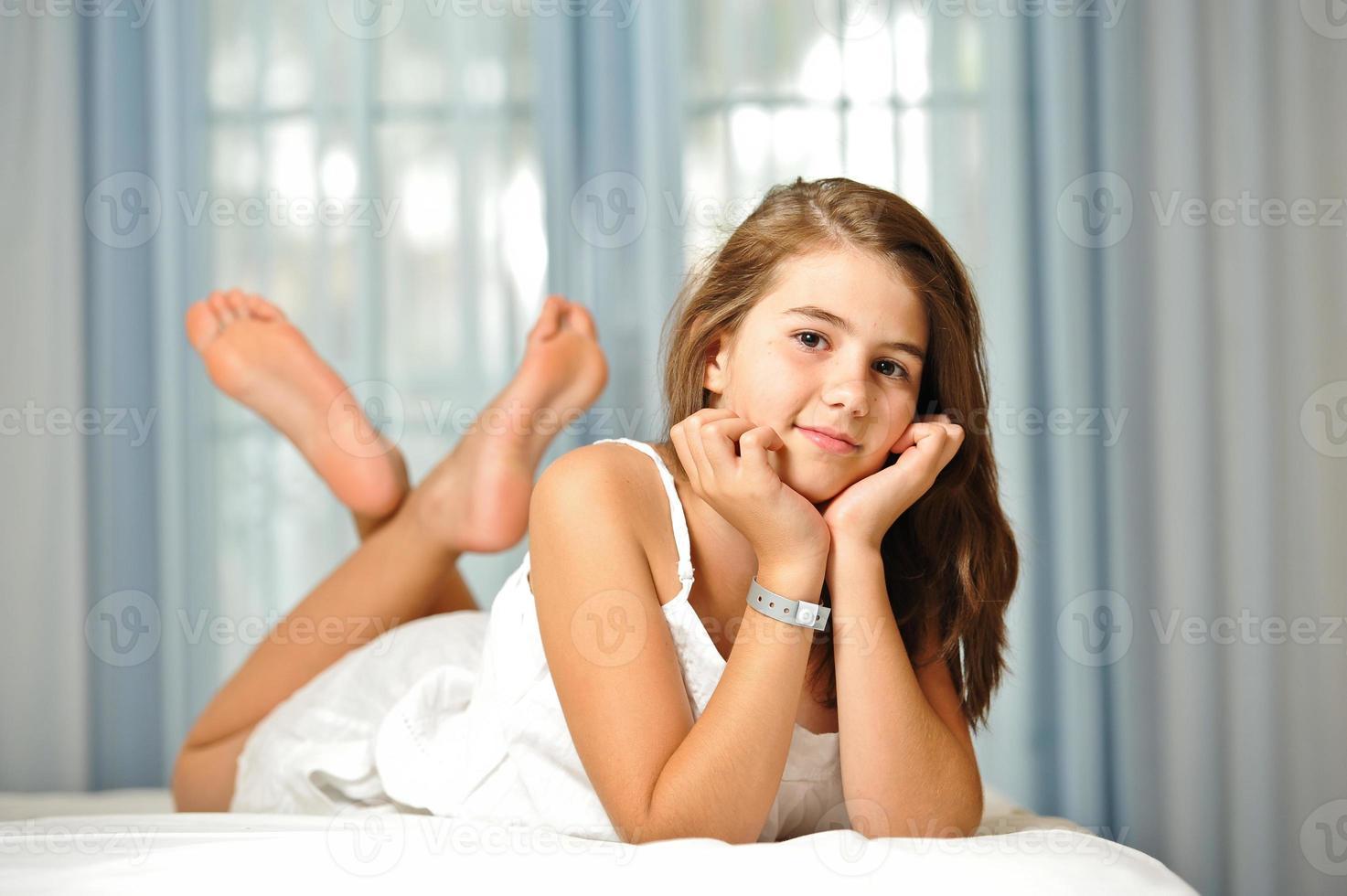 Porträt des lächelnden schönen jugendlich Mädchens zu Hause foto
