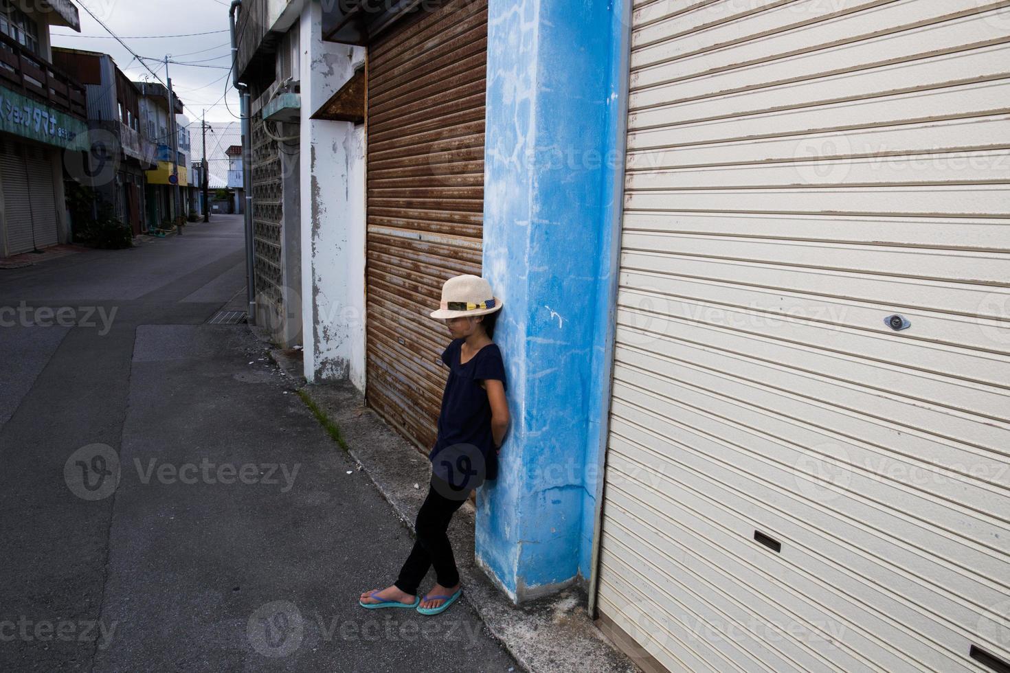 Mädchen, das auf der alten Straße steht foto