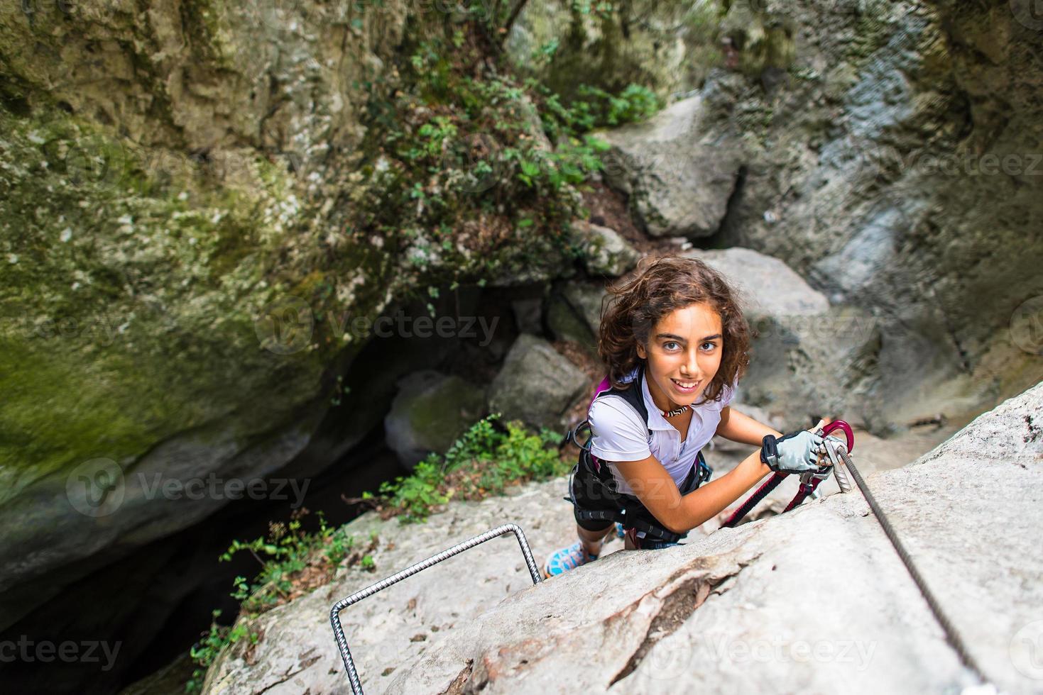 Teenager-Mädchen, eine Leiter klettern foto