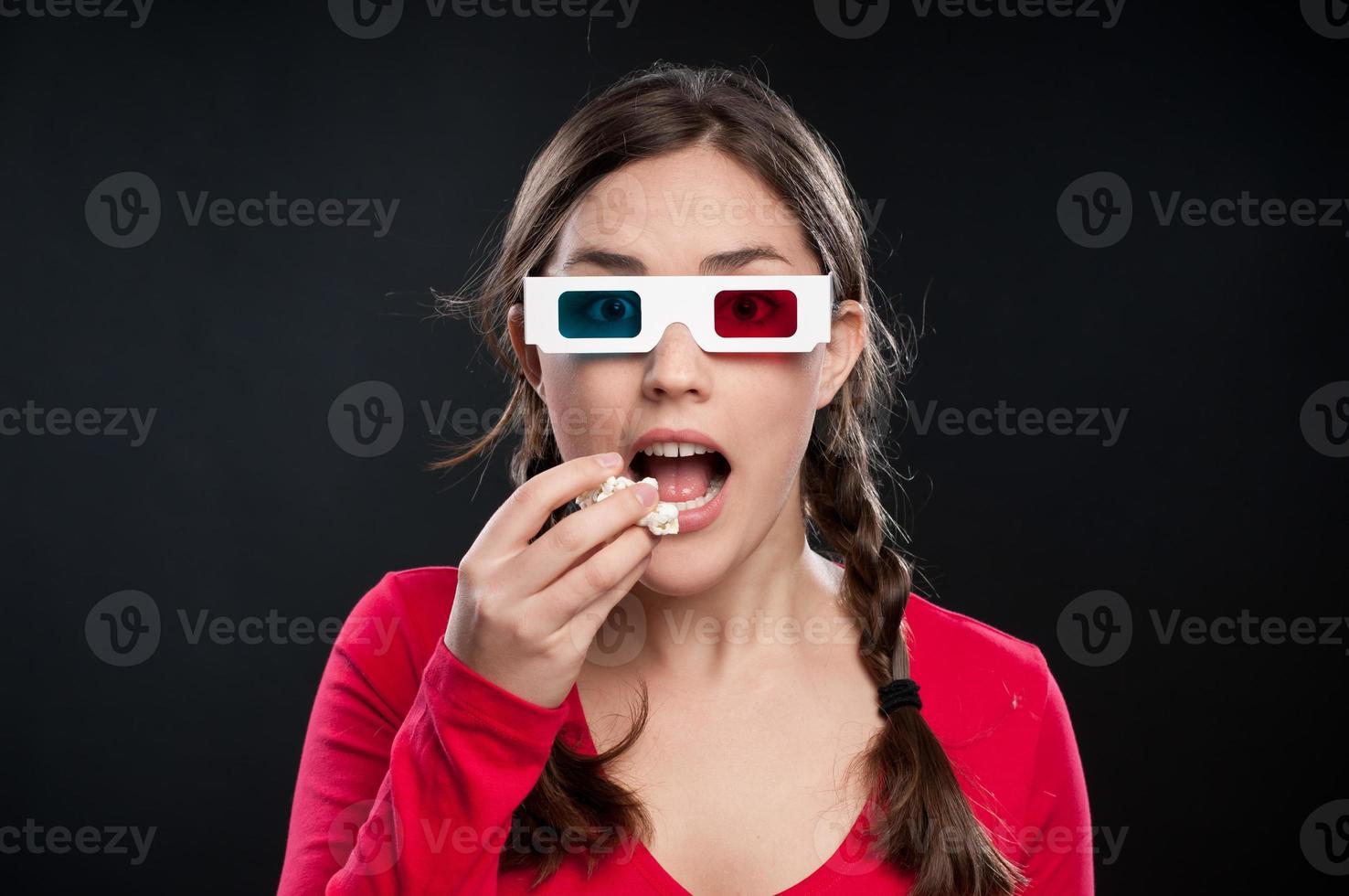 Teenager, der einen 3D-Film sieht foto