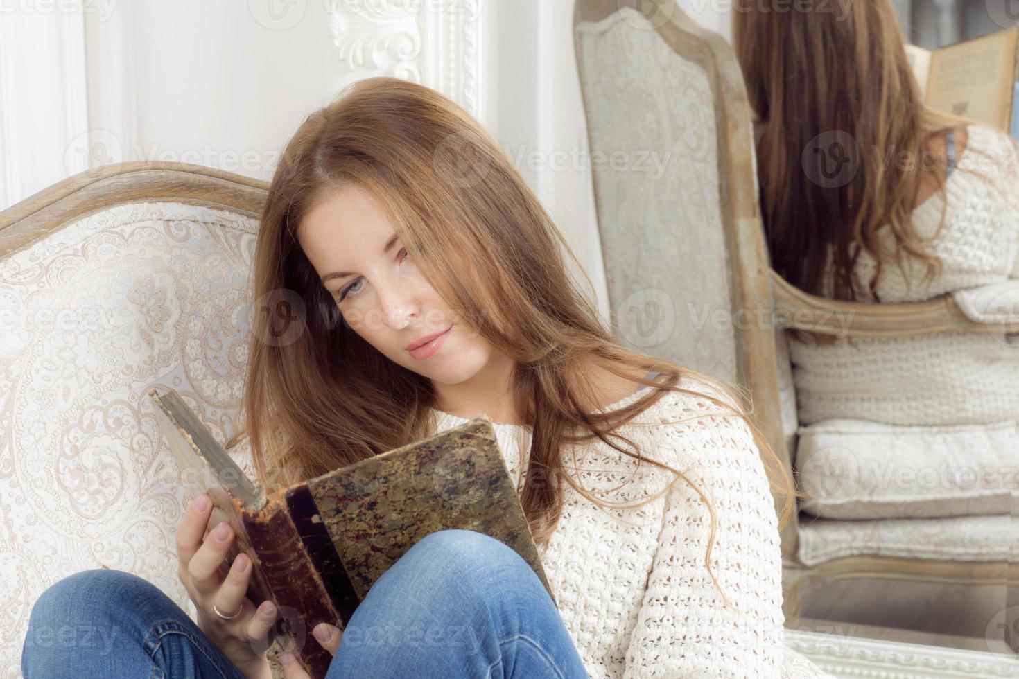 Porträt einer Frau mit einem Buch. foto