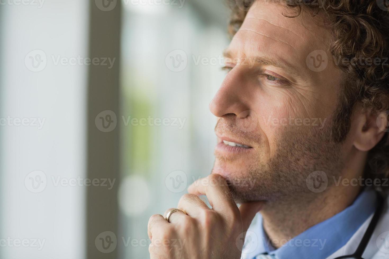 nachdenklicher männlicher Arzt foto