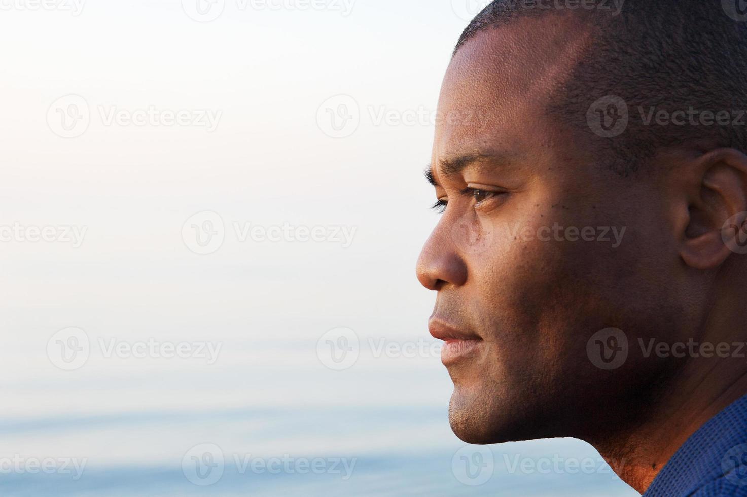 männliches Profil am frühen Morgen foto