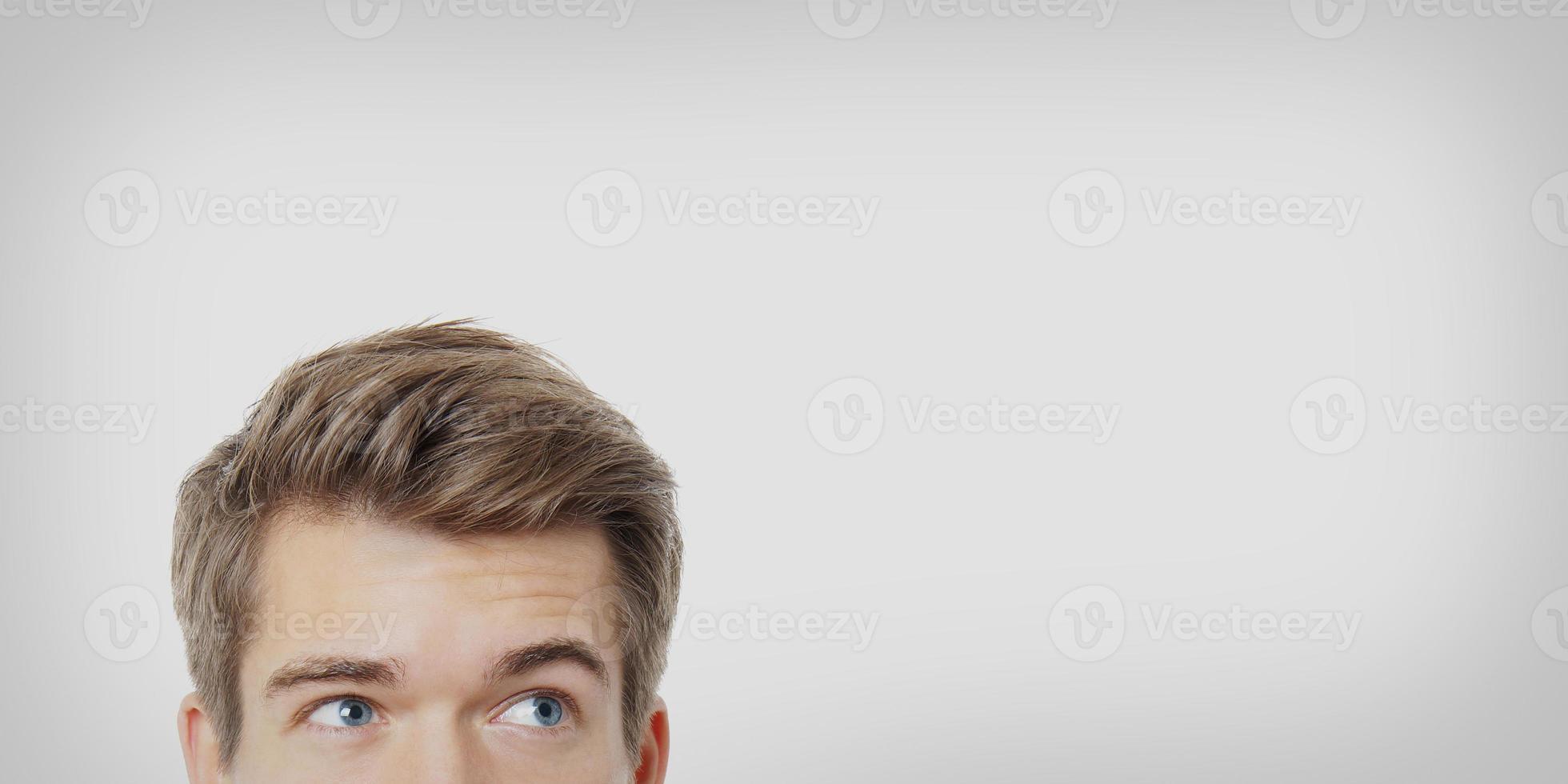 männliche Augen schauen auf foto