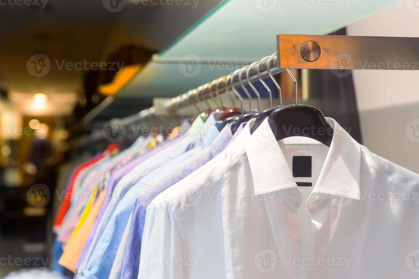 männliche Hemden auf dem Gestell foto