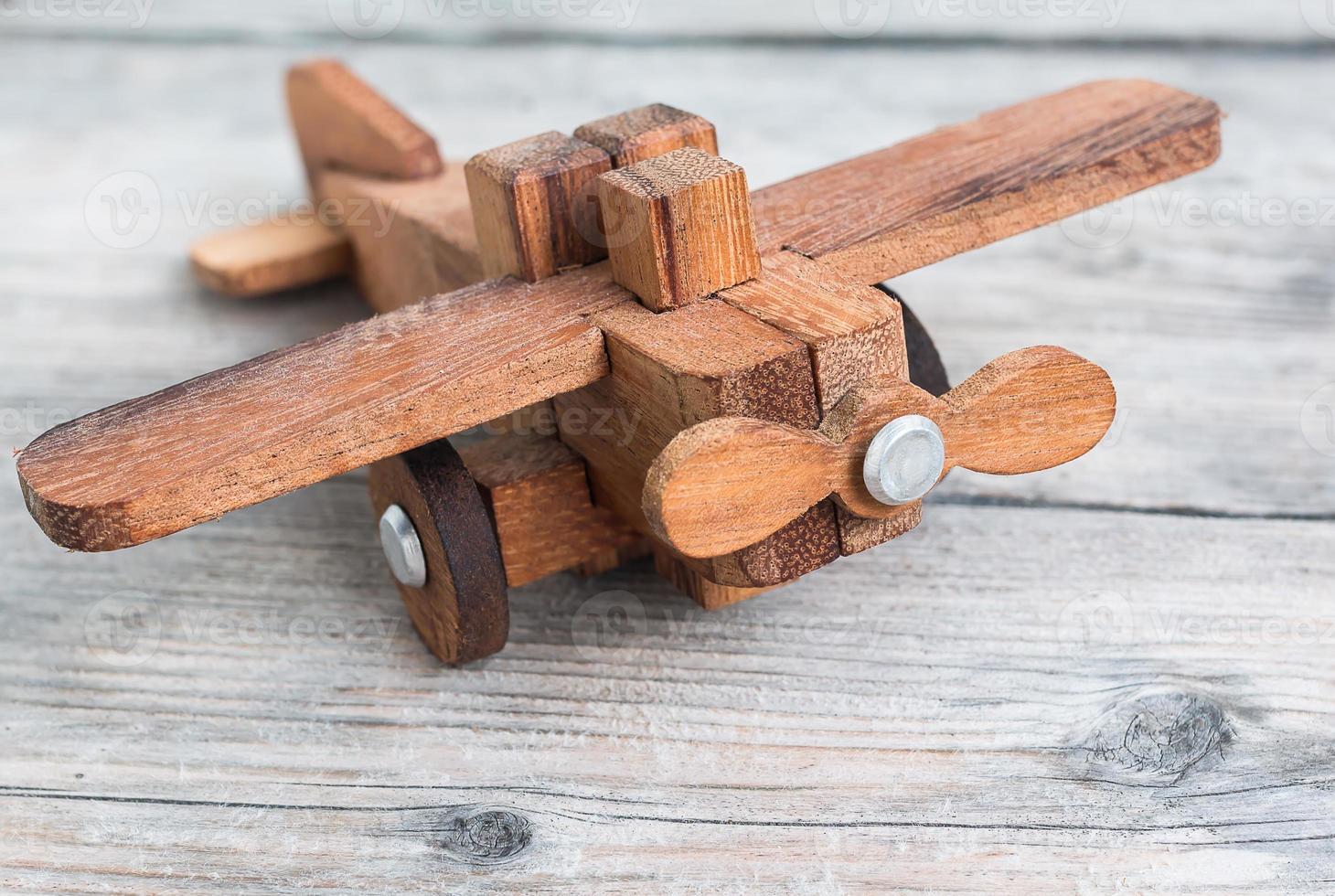 Nahaufnahme eines handgeschnitzten hölzernen Spielzeugflugzeugmodells foto