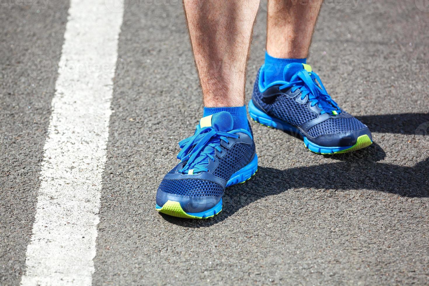 Nahaufnahme eines männlichen Läufers stehend. foto