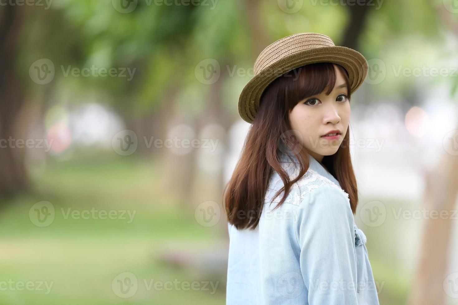 asiatisches Mädchen in der Natur foto