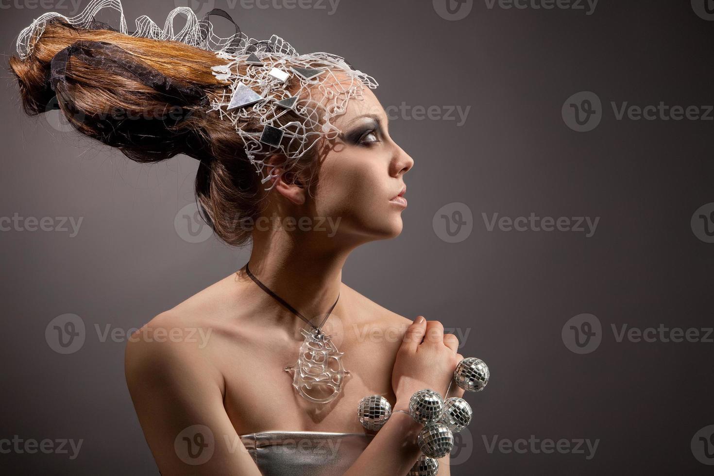 Porträt des kosmischen Mode-Mädchens mit ursprünglicher Frisur foto