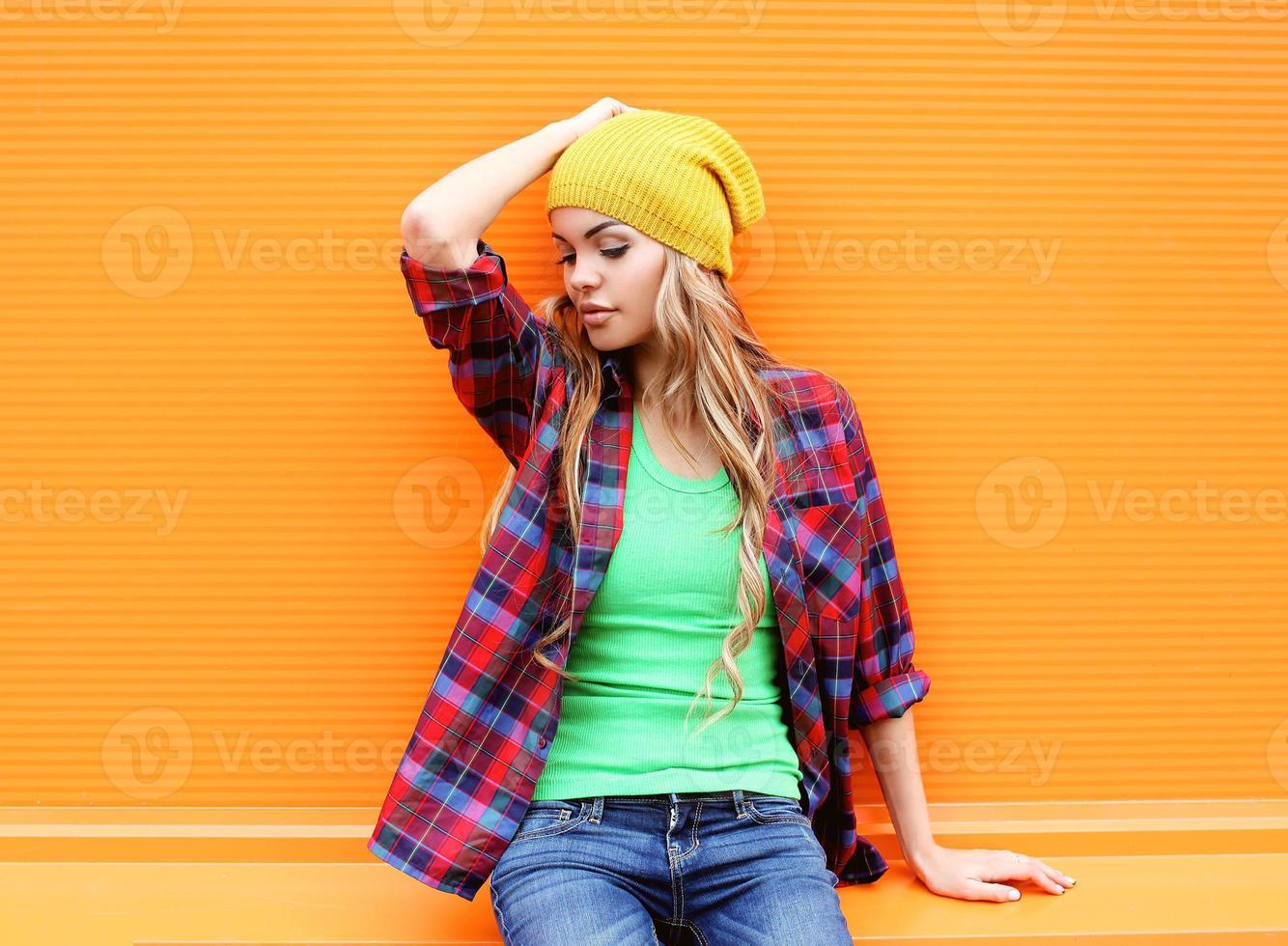 Porträt der hübschen blonden Frau, die in der Stadt aufwirft foto
