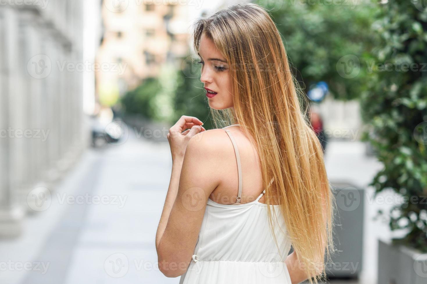 schönes blondes Mädchen im städtischen Hintergrund foto