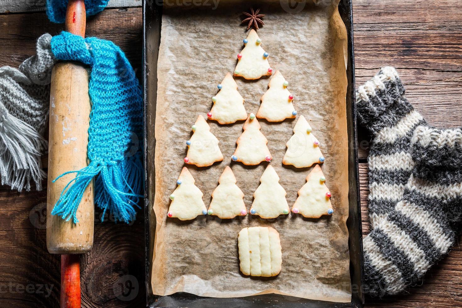 süßer Weihnachtsbaum mit Lebkuchenplätzchen angeordnet foto