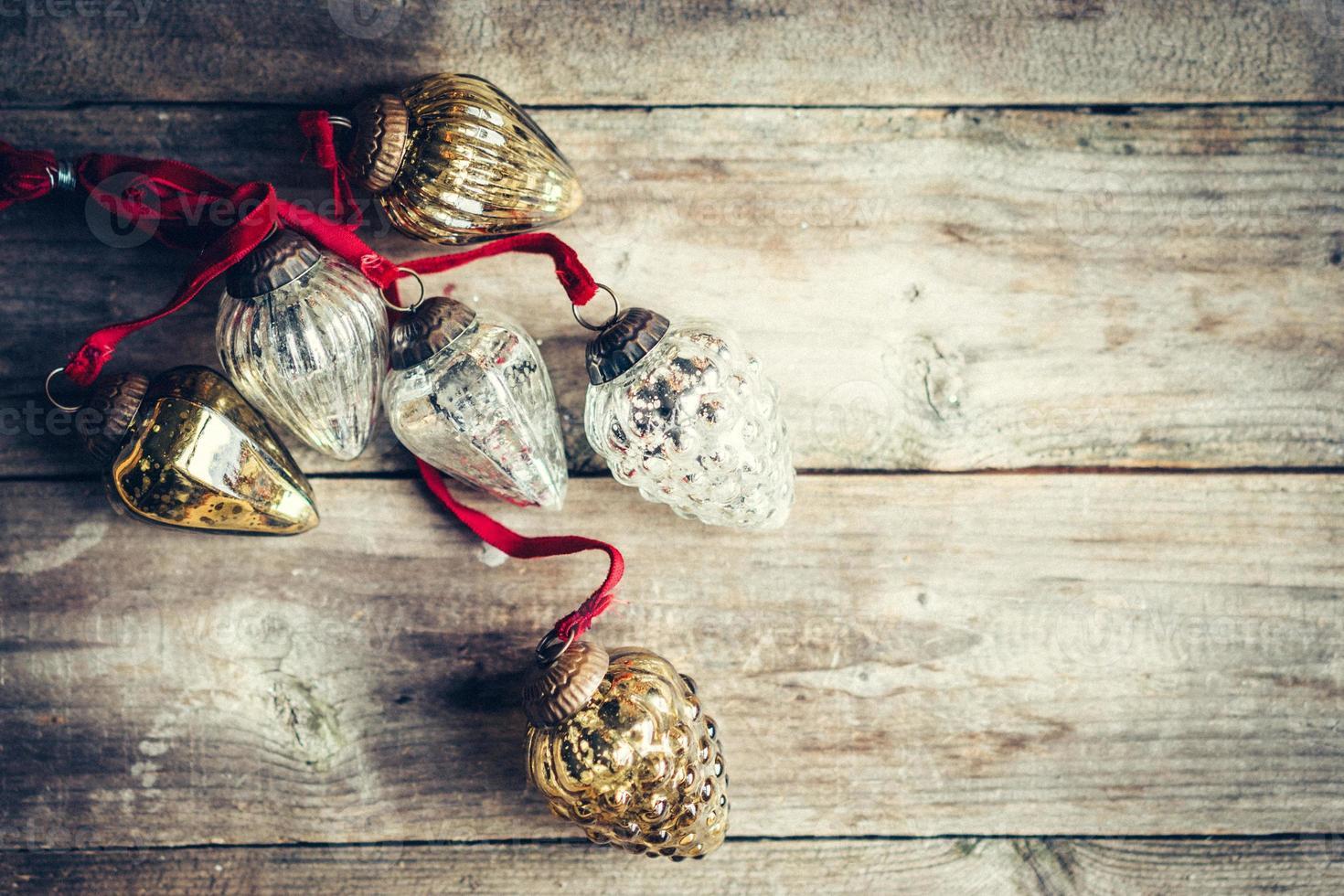 Weihnachtsdekoration auf rustikalem hölzernem Hintergrund foto