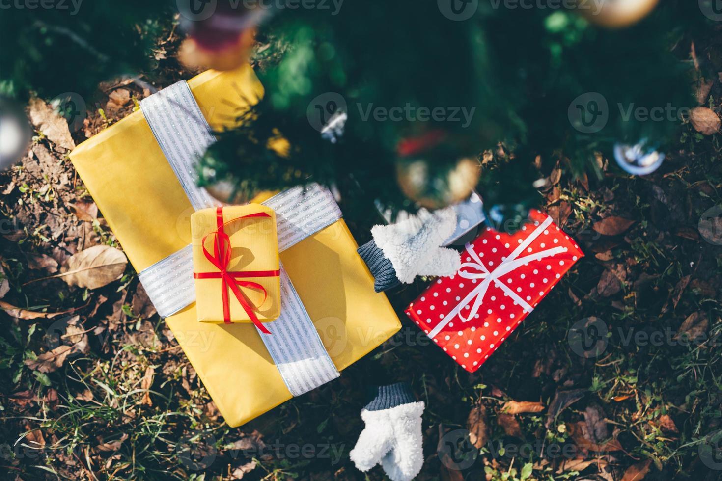 Geschenke unter Weihnachtsbaum foto
