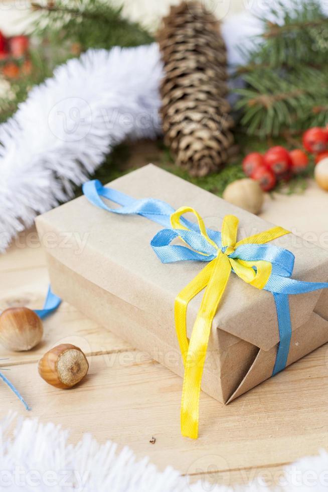 Weihnachtsgeschenk mit Dekoration der ukrainischen Nationalfarben foto