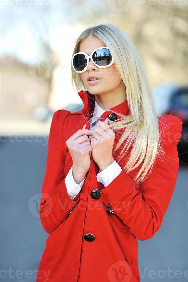 Modestadt schönes Mädchen mit Sonnenbrille - Porträt foto