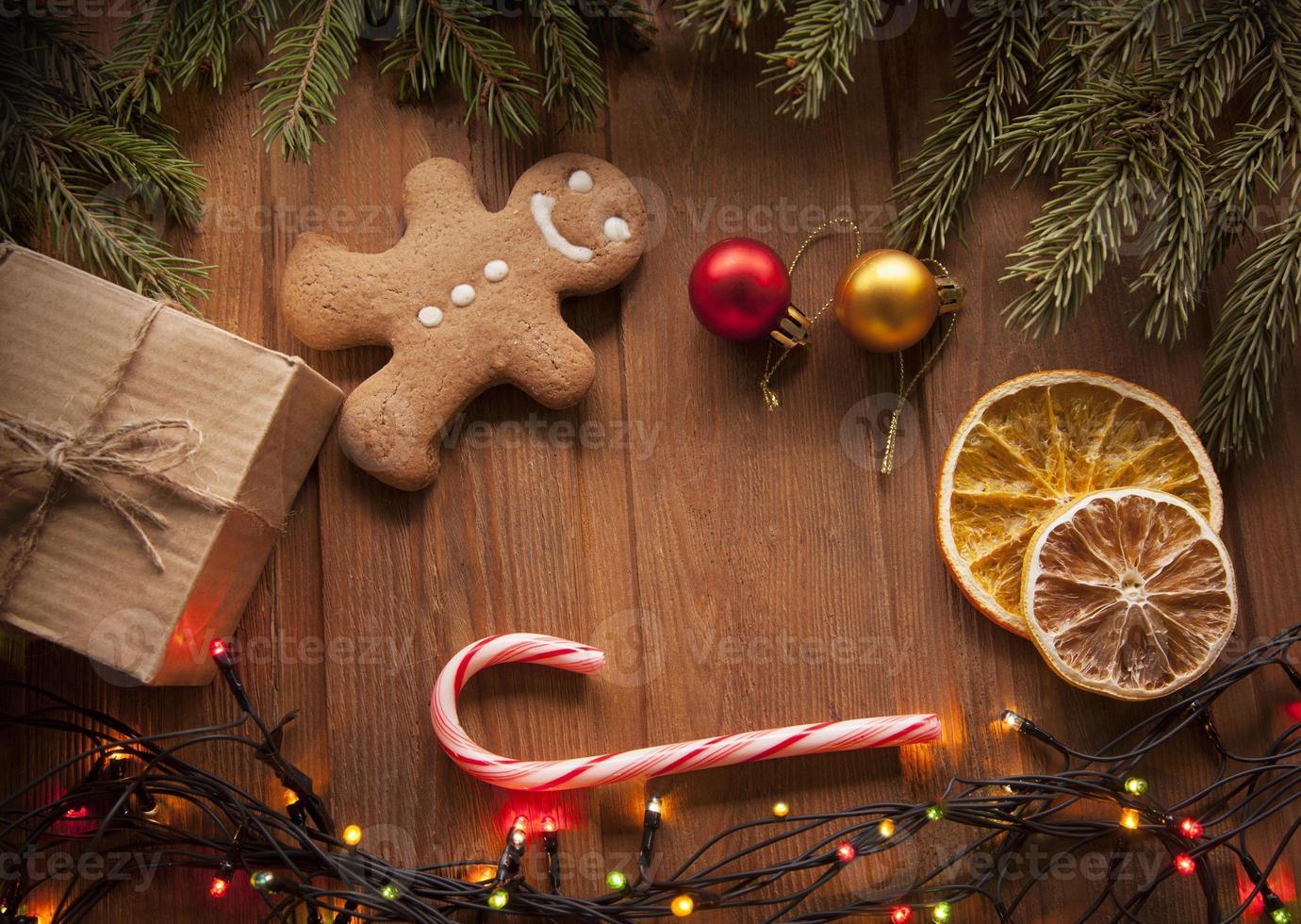Lebkuchen Weihnachtsbaum und Geschenke auf dem Tisch foto