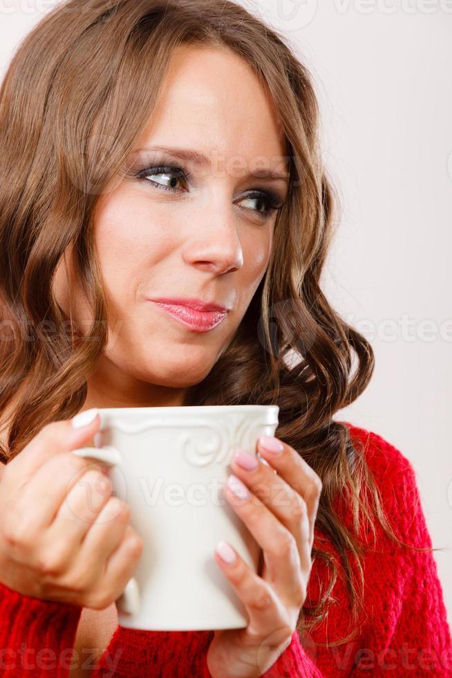 Herbstfrau hält Becher mit Kaffee warmes Getränk foto