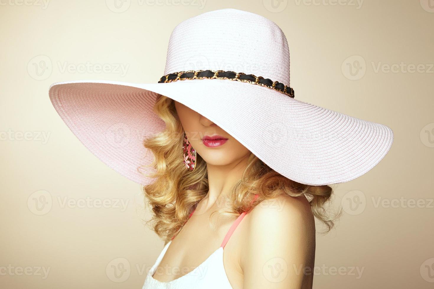 Modefoto der jungen prächtigen Frau im Hut. Mädchen posiert foto