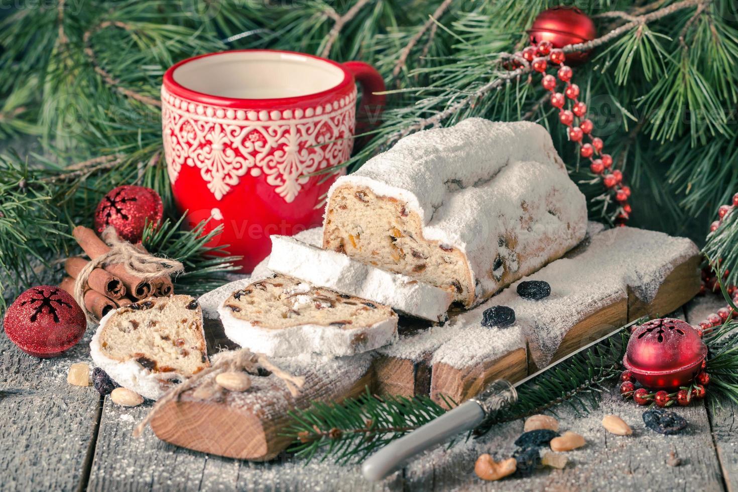 stollen.traditioneller deutscher weihnachtskuchen foto