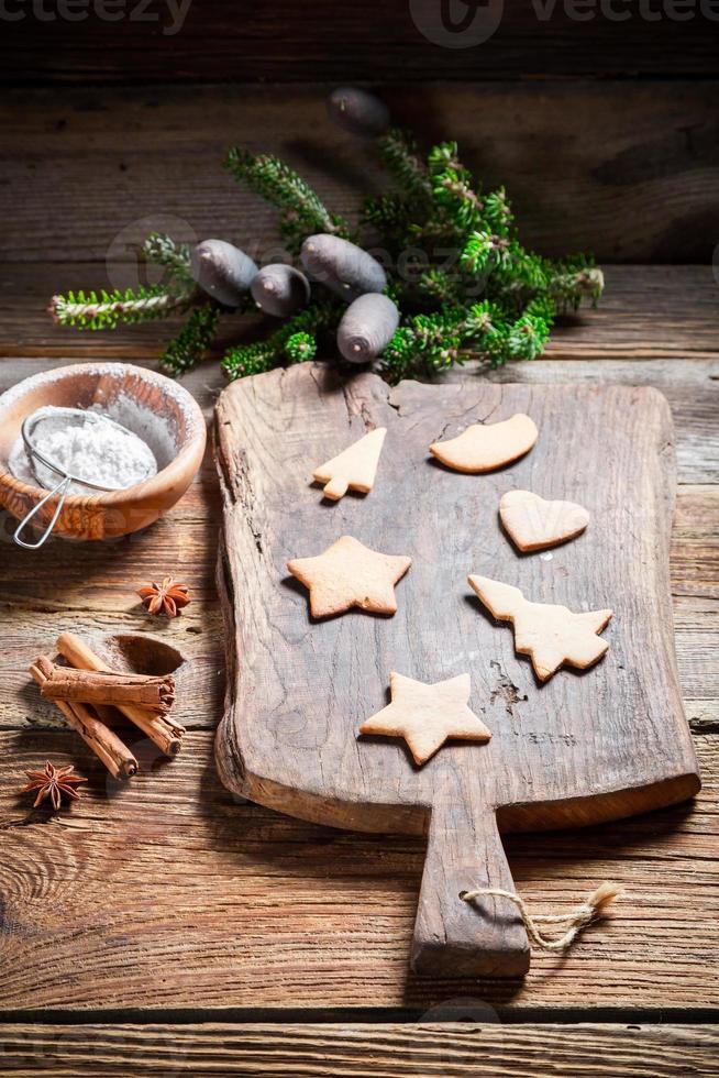 Weihnachts-Lebkuchenplätzchen dekorieren foto