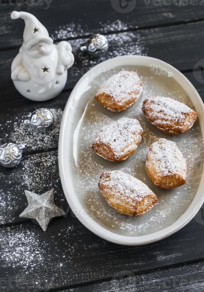 Kekse Madeleines, Keramik Santa Claus und Weihnachtsschmuck foto