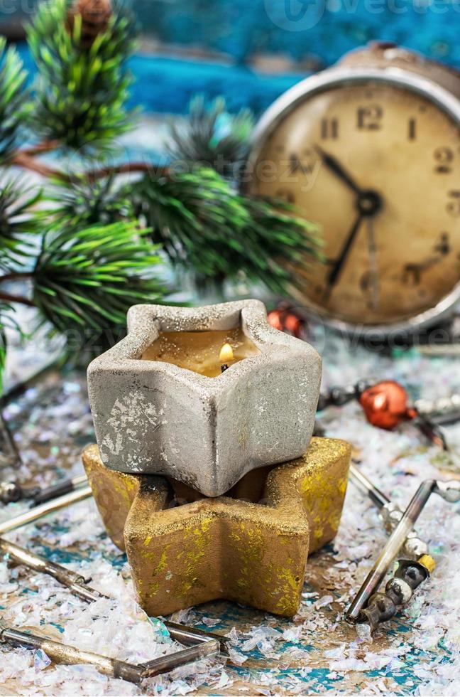 altmodische Uhr und Weihnachtsspielzeug foto