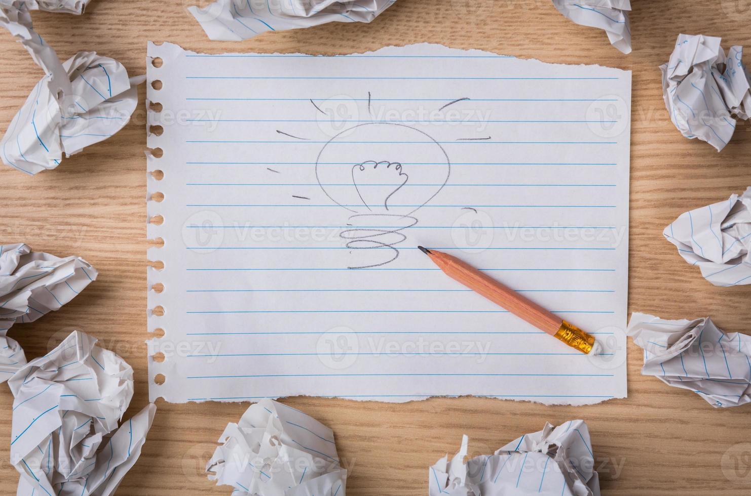 Hand gezeichnete Glühbirne auf Papier mit Bleistift foto