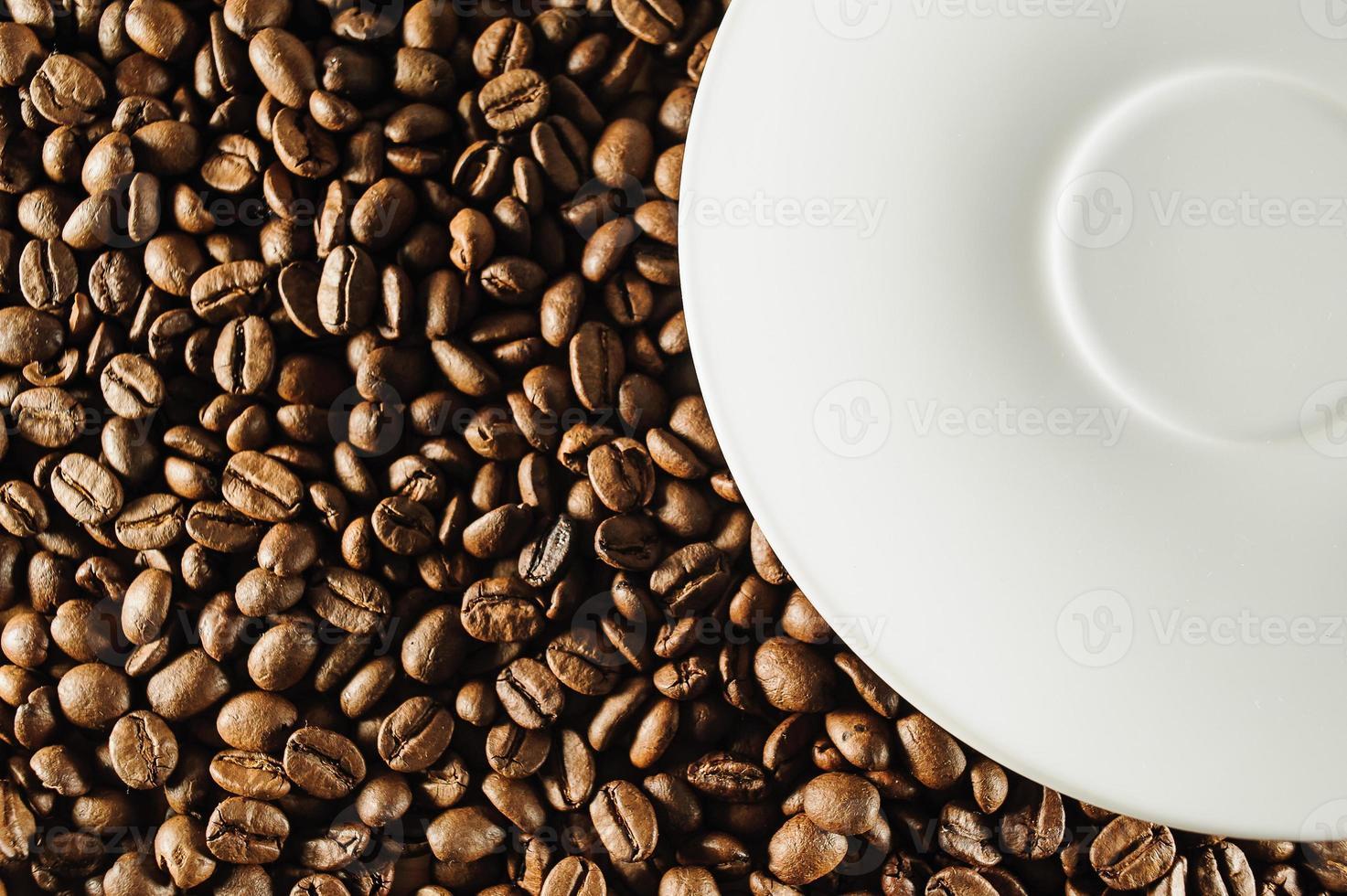 Kaffeebohnen und weißer Teller foto