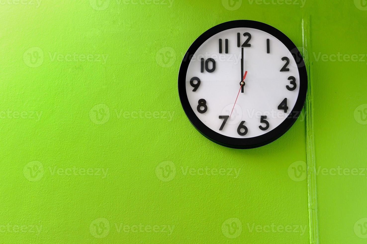 Uhr zeigt 12 Uhr foto