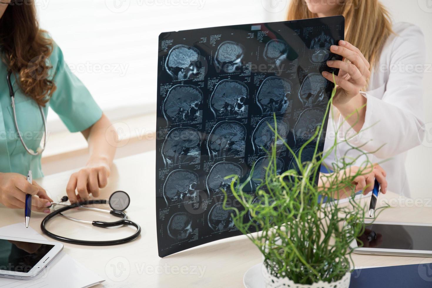 Halten des Gehirnscannens foto