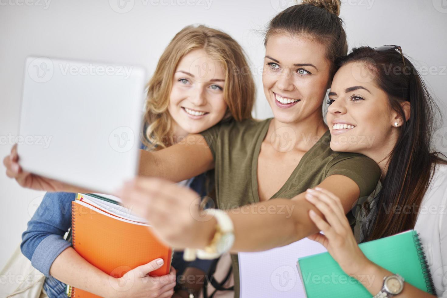 Selfie-Zeit mit Freunden auf dem Campus foto