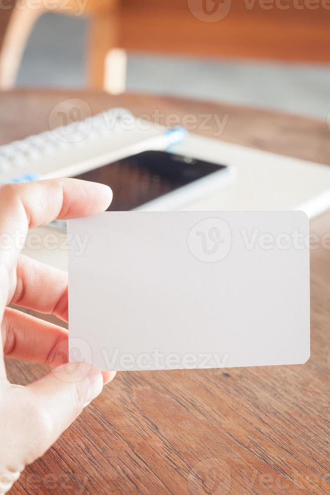 Frau halten leere Visitenkarten foto