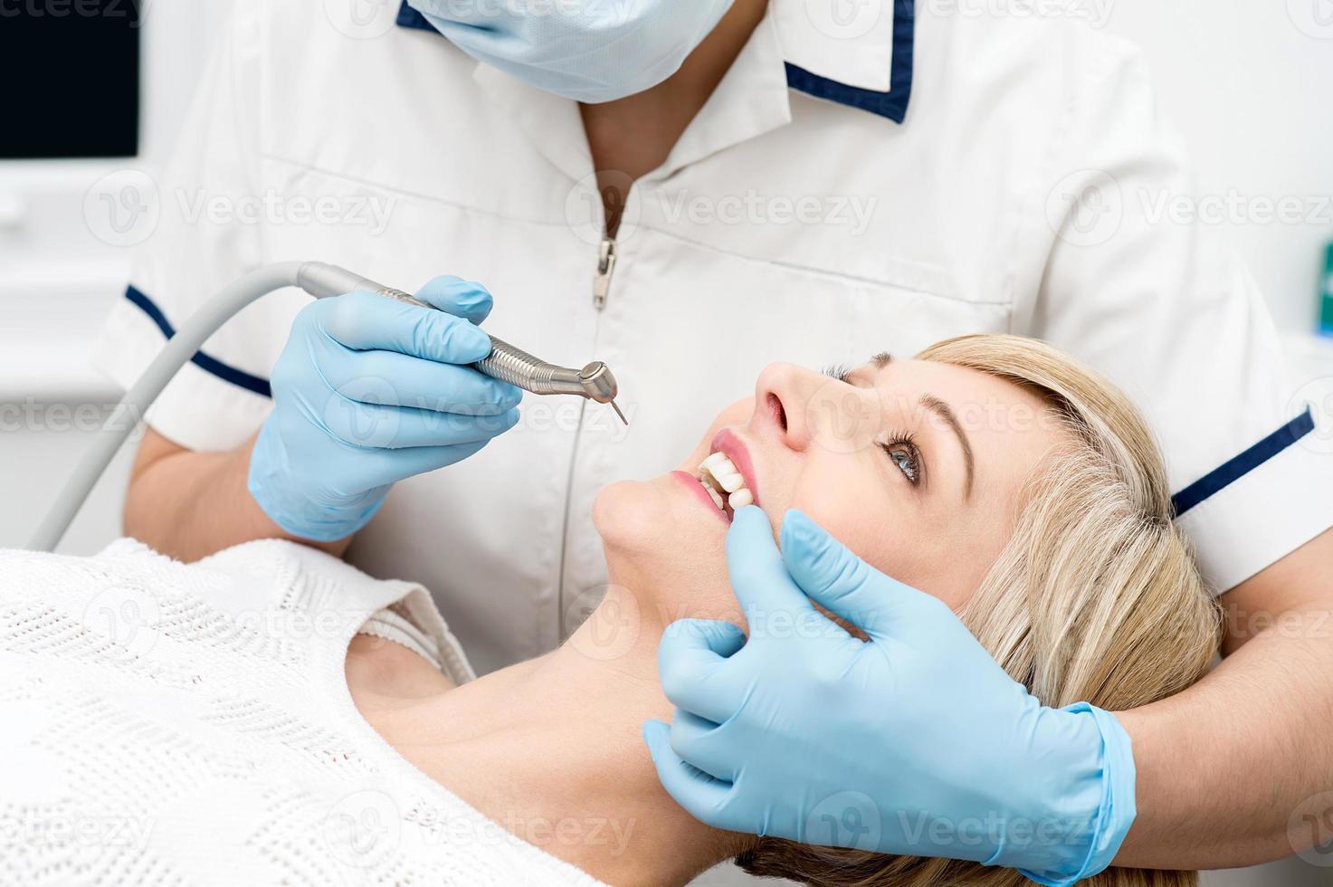 Frau bereit für eine Zahnaufhellung. foto