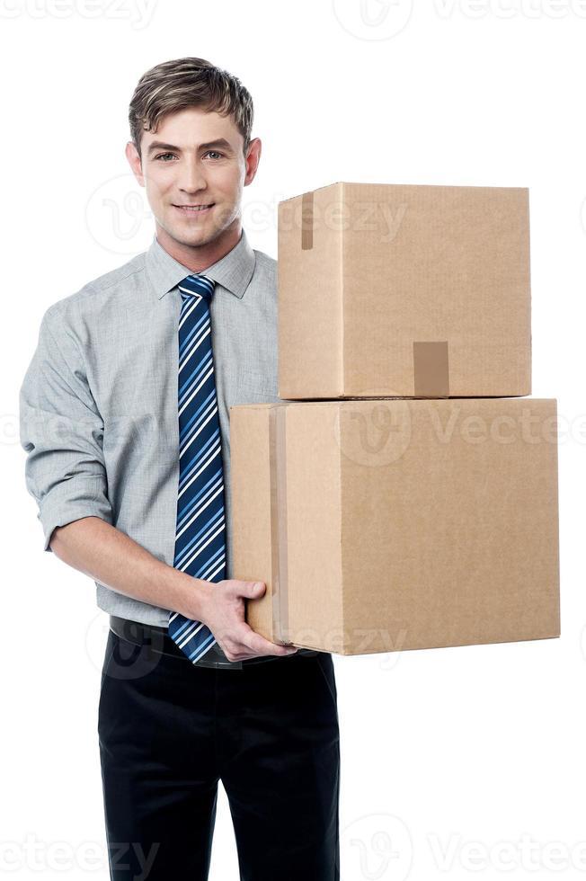 junger Mann mit mit Stapel von Kisten foto