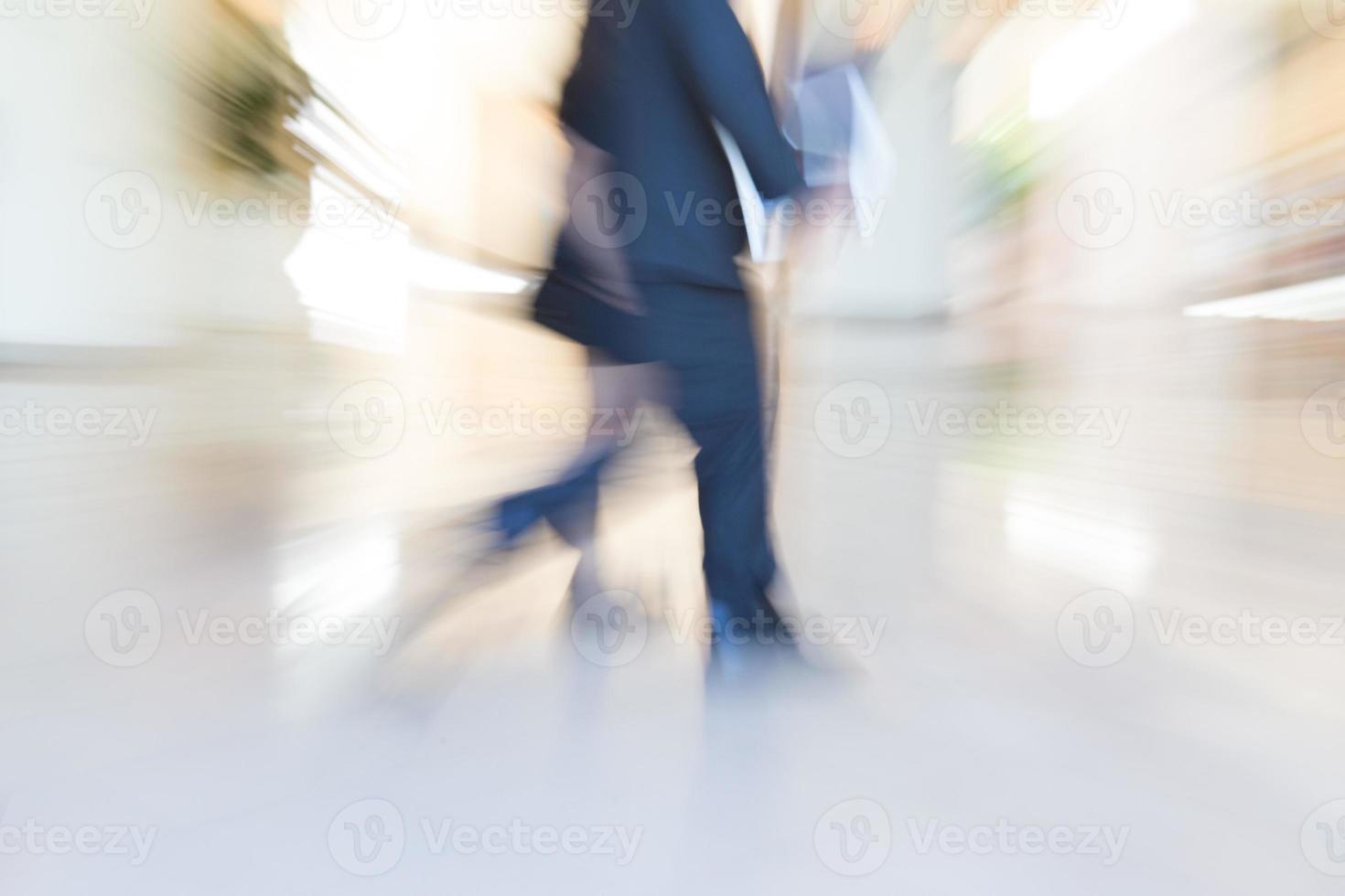 Fußgänger gehen, zoomen Bewegungsunschärfe foto